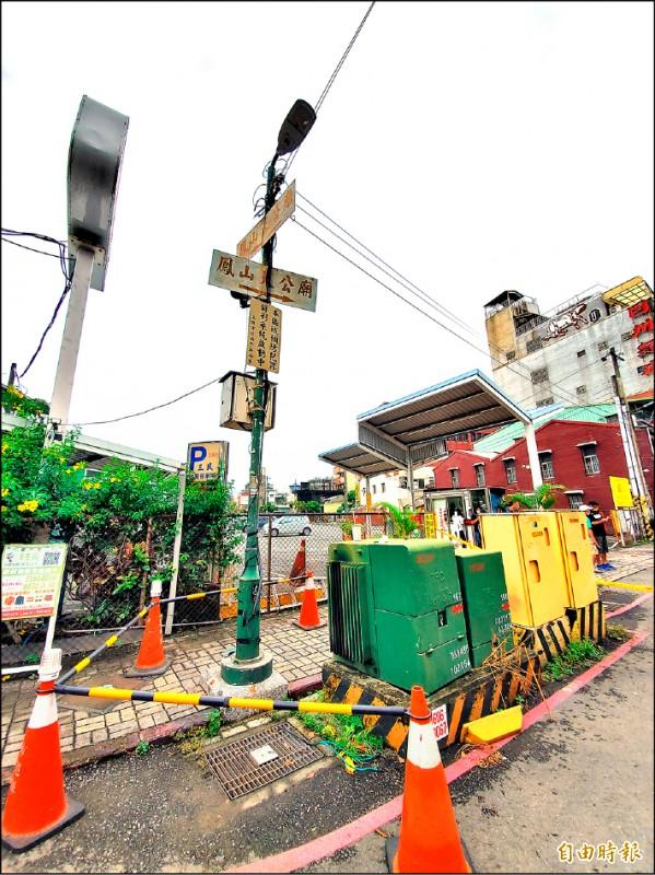 鳳山區三民路停車場前路燈桿漏電,市府養工處已切斷電力,現場拉起封鎖線。(記者陳文嬋攝)