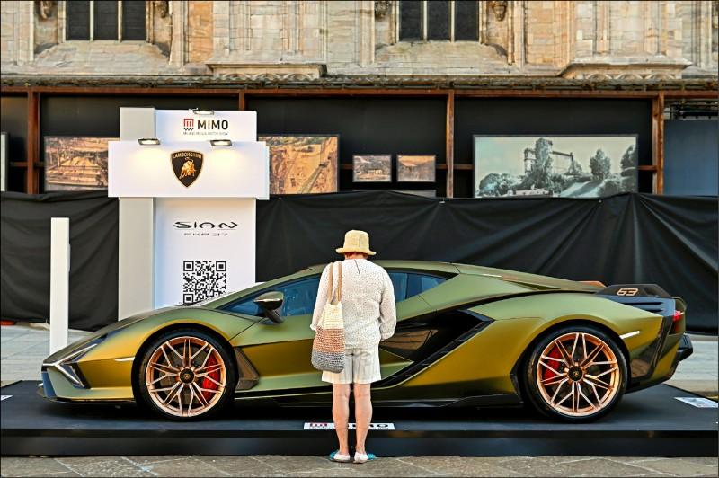 6月10日米蘭車展上一名路人觀賞藍寶堅尼的超跑。(彭博)