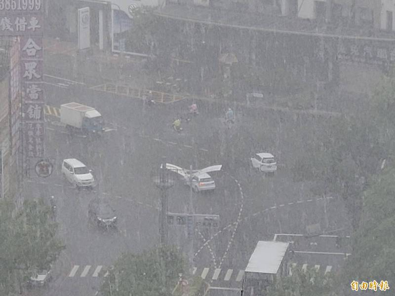 高市今早下大雷雨,4區達大雨等級。(記者陳文嬋攝)