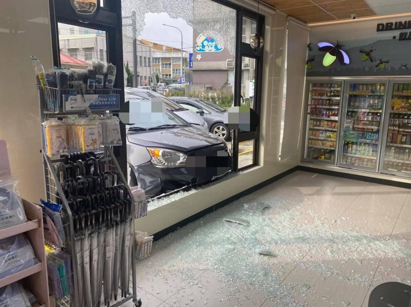 [新聞] 女子油門當剎車踩 直直撞破超商玻璃門