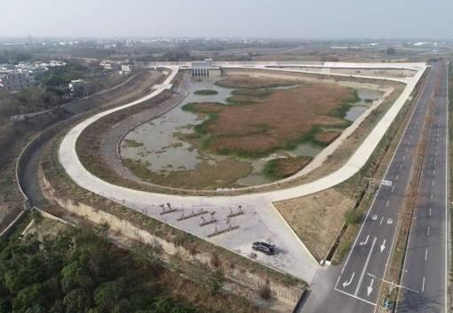 嘉義縣新埤滯洪池已排至低水位。(嘉義縣府提供)