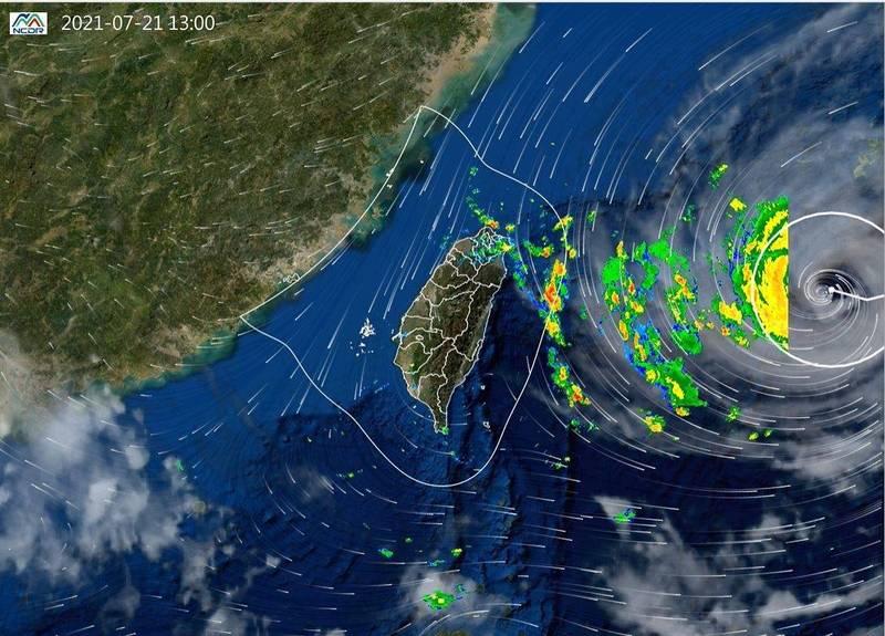 過去6小時紅外線衛星雲圖與雷達回波與現在風場整合圖顯示,烟花速度慢但環流大,外圍環流逐漸影響北台灣。(取自國家災害防救科技中心)