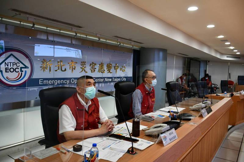 新北市災害應變中心召開防颱整備會議,由副市長謝政達(右)主持。(新北市政府提供)