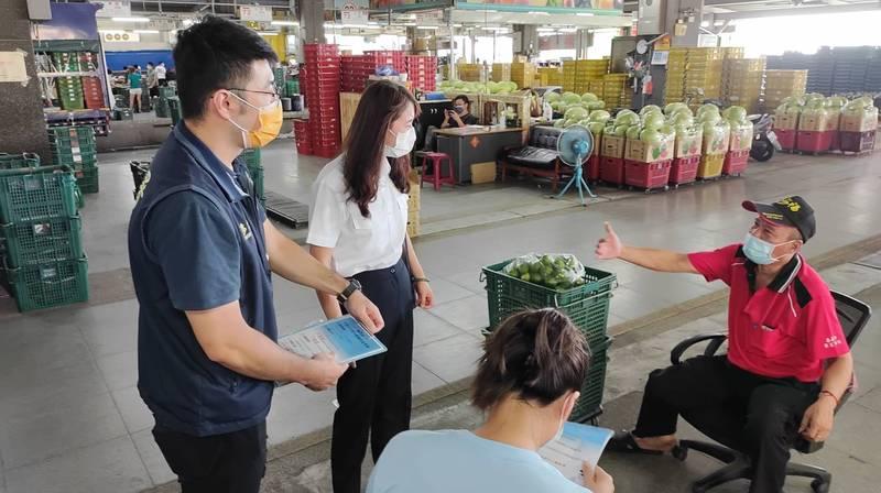 嘉義市專勤隊到果菜市場宣傳,鼓勵外來人口出面接受篩檢防疫。(嘉義市專勤隊提供)