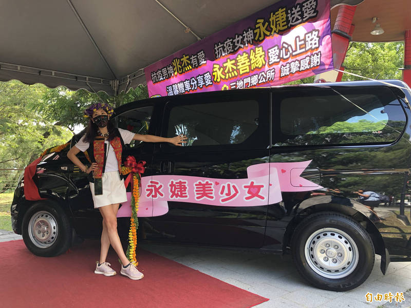 賈永婕和先生捐出「永婕美少女號」休旅車,價值約150萬元。(記者羅欣貞攝)