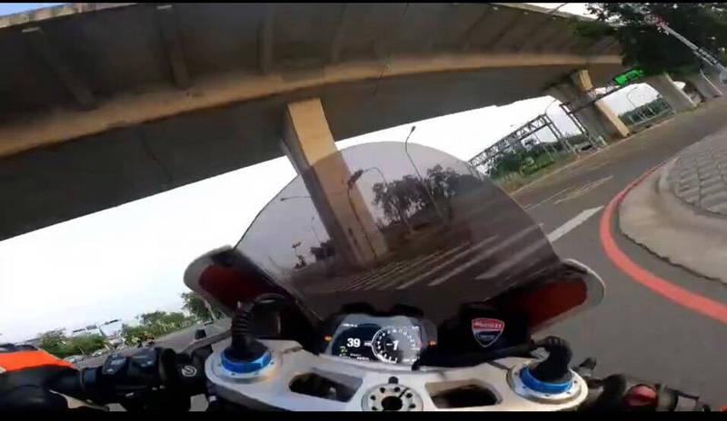 「杜卡迪」重機沿北屯區太原路閘道上台74線快速道路。(擷自「中部記者爆料網」)