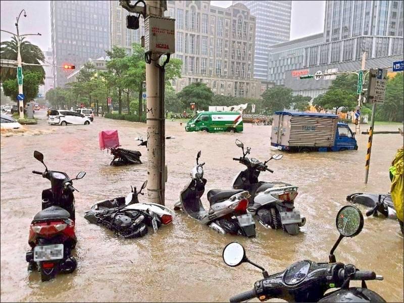 6月4日大雨造成台北市多處淹水,災害通報超過600件,照片為忠孝東路五段成「泥羅河」,民眾驚呼「宛如納莉再現,太離譜了」。(資料照,莊姓民眾提供)