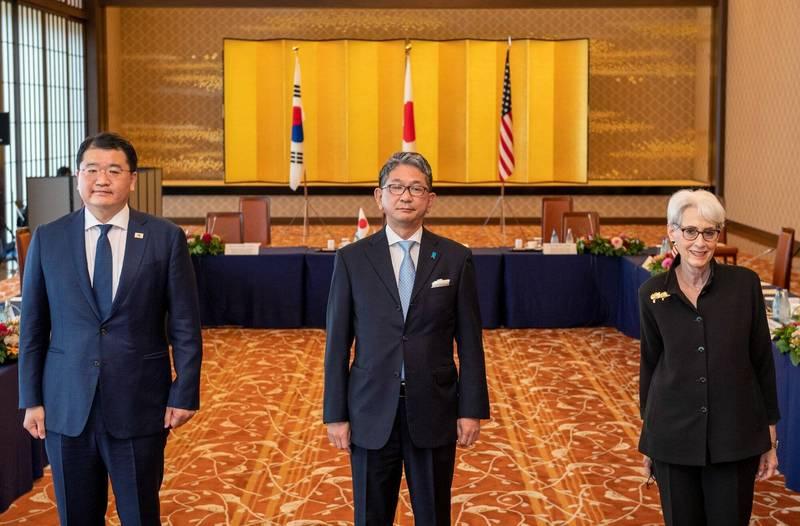 美國副國務卿雪蔓(Wendy Sherman)、日本外務事務次官森健良及韓國外交部第一次官崔鐘建今(21)在日本東京舉行外交次長級會談。(取自韓國外交部推特)