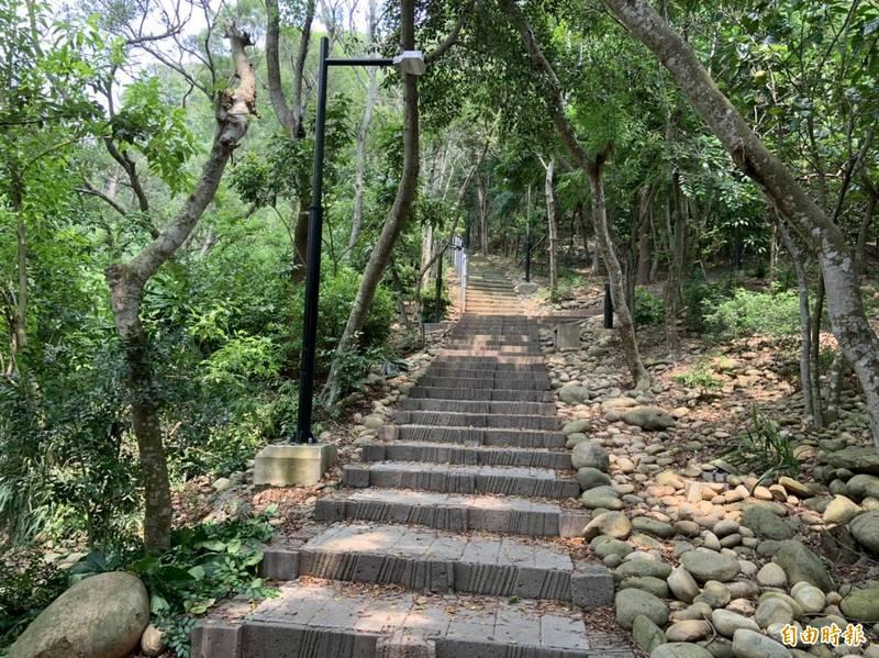 清水鰲峰山步道林蔭茂盛,是清水後花園。(記者張軒哲攝)