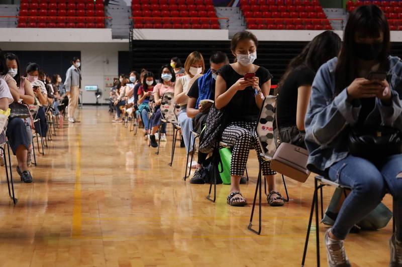 颱風來襲,新竹縣政府呼籲近日安排接種的鄉親也要注意縣府宣布的停班停課訊息。(新竹縣政府提供)