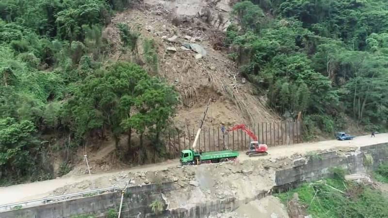 苗62線2.3公里處日前大雨山崩,工務處搶通中,當中央氣象局發布陸上颱風警報,也會預防性封閉。(苗栗縣工務處提供)