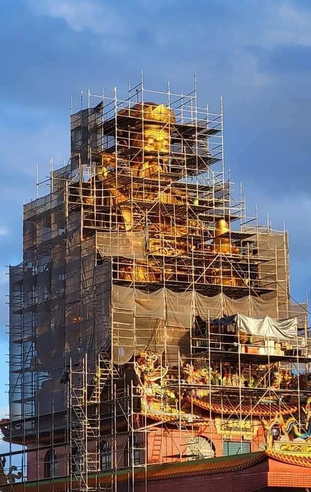 全國最高銅雕土地公整修遇颱風 主委登38公尺高視察防颱