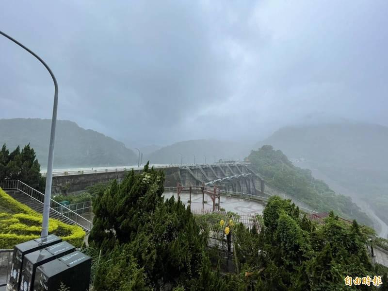受到颱風影響,石門水庫園區陸續下起陣雨。(記者李容萍攝)