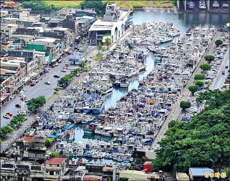 烟花颱風來勢洶洶,南方澳漁船陸續返港避風,港區擠得水洩不通。 (記者江志雄攝)