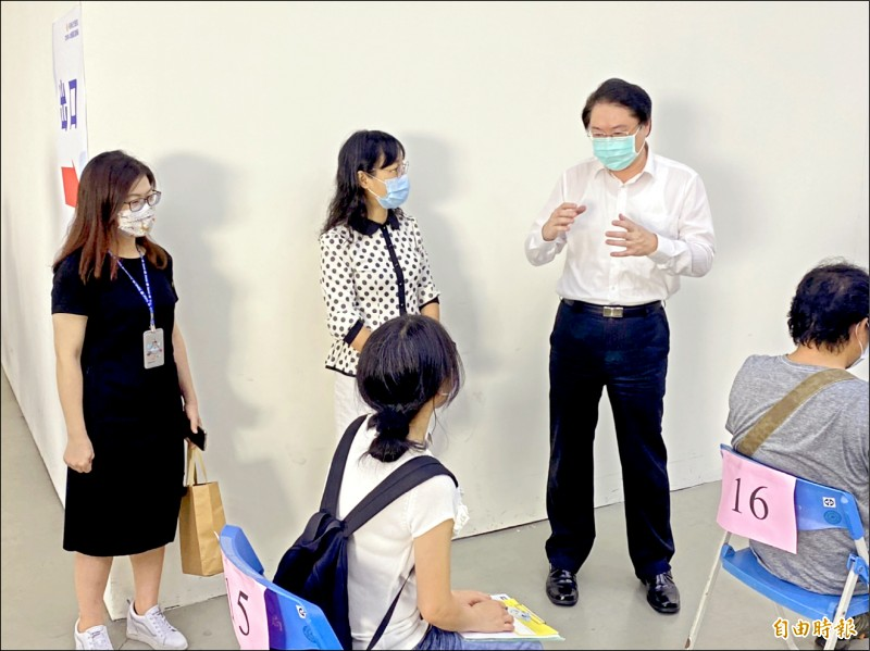 由於烟花颱風逼近,基隆市長林右昌(穿白襯衫者)表示,二十三、二十四日預約施打疫苗將取消。(記者俞肇福攝)
