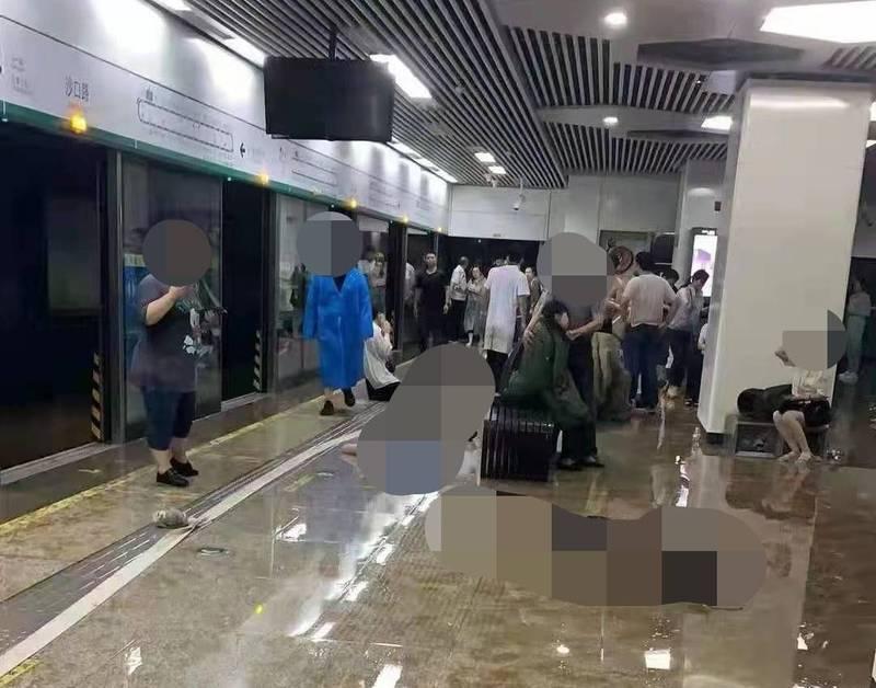 鄭州地鐵遭洪水影響造成嚴重死傷,罹難者躺在月台畫面令人鼻酸。(翻攝推特@TragedyInChina)