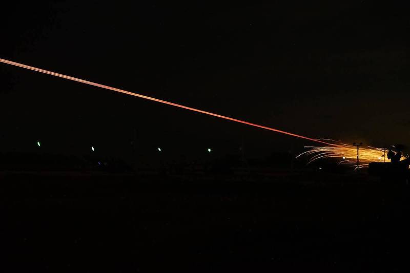 空軍日前進行35快砲丶20機砲夜間實彈射擊,在夜空留下長長的光束。(圖:取自中華民國空軍臉書專頁)