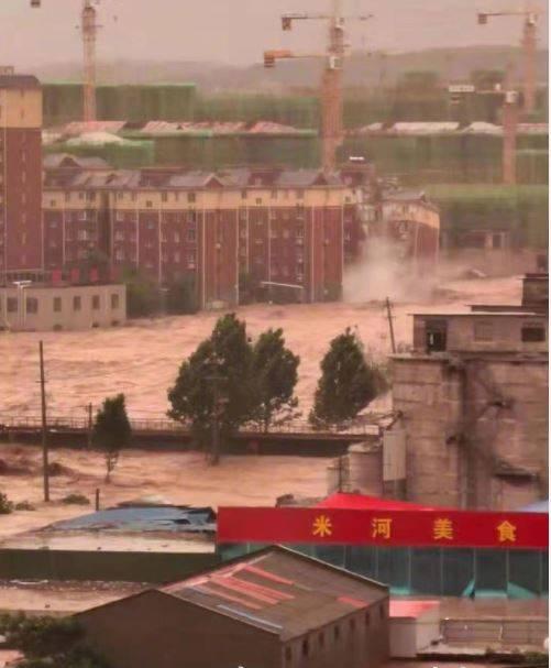 鞏義市氣象局局長趙建彪被大水沖走,一度下落不明。(圖擷取自微博)