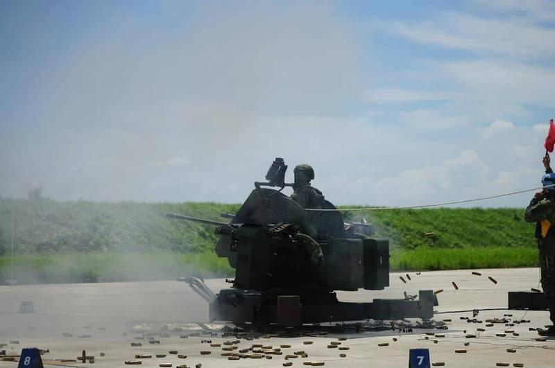 20機砲實彈射擊時,現場滿滿彈殼,備戰肅殺氣勢驚人。(圖:取自中華民國空軍臉書專頁)