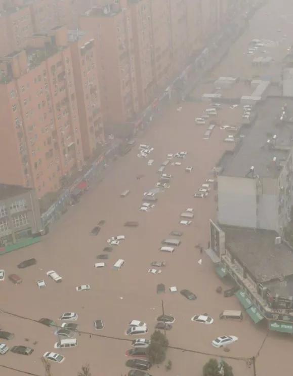 中國河南省近日遭遇極端暴雨,降雨量打破歷史紀錄,32座大中型水庫水位超限,並傳出洛陽一座水庫隨時可能崩潰。省會鄭州市更處於癱瘓狀態,並傳出多人死亡、失蹤。(圖擷自推特)
