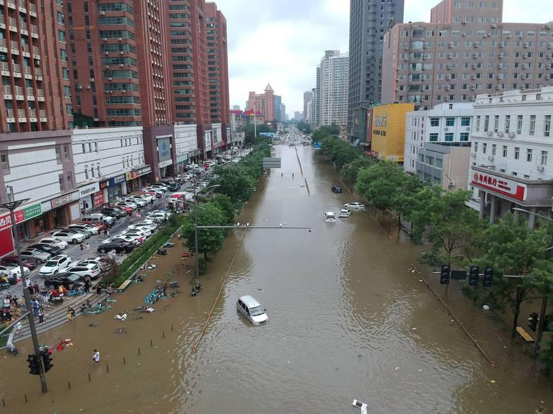 中國河南省連日暴雨釀成洪災,官方今(21日)聲稱僅造成25人死亡,卻稱這次暴雨是「5000年一遇」。(路透)
