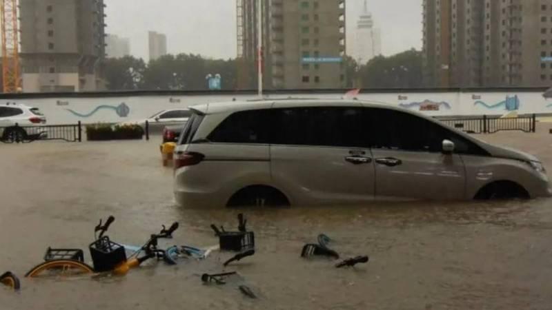 中國河南近日下起暴雨,省內多處傳出洪水災情,不僅造成交通阻礙,許多民眾受困與傷亡,目前已知死亡有12例、受傷者5例。河南暴雨示意圖。(圖擷取自微博)