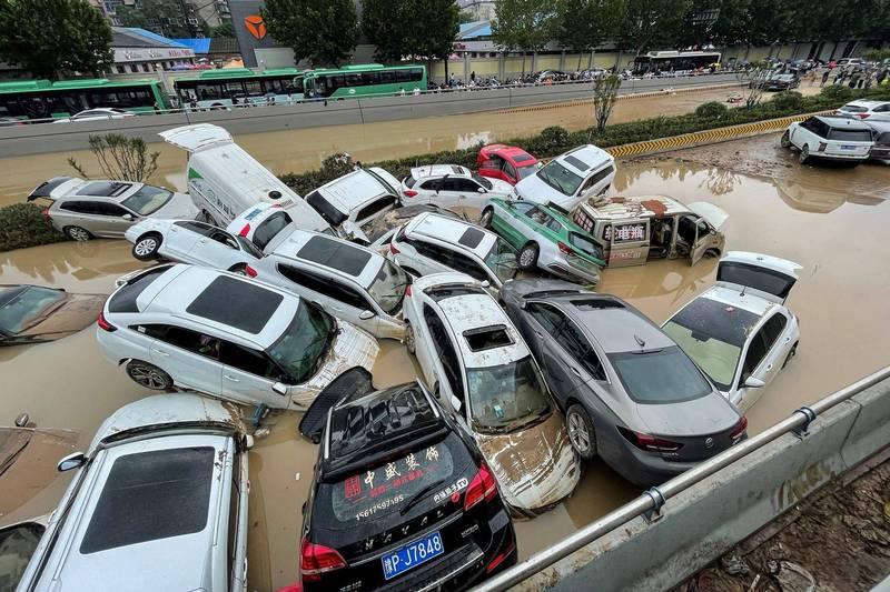 許多中國網友看見官方竟然說出暴雨「5000年一遇」,都感到相當憤怒與不可思議。(法新社)