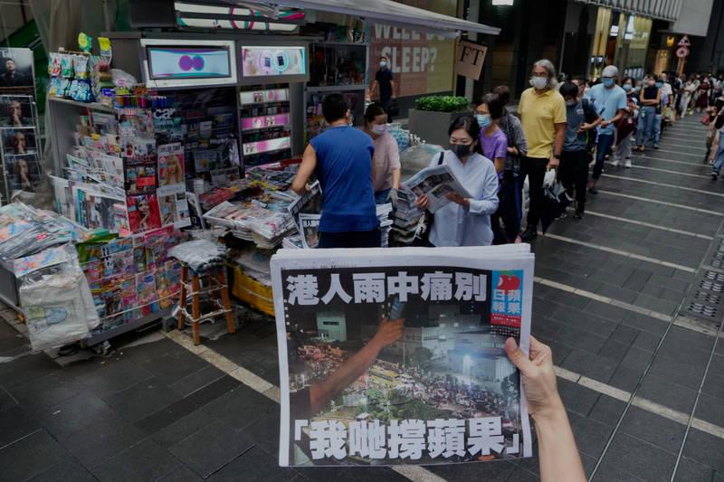 香港《蘋果日報》上月下旬被迫停刊,但港府追殺動作並未停歇,今天港蘋前執行總編輯林文宗又遭港警以涉嫌違反國安法為由拘捕。(美聯社)