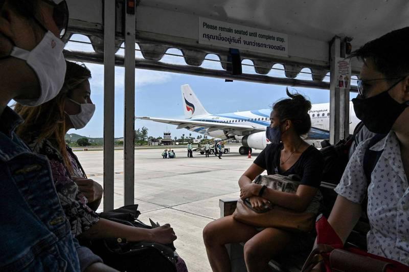泰國民航局從今天開始禁止國內商業航班從曼谷及周邊府起飛或降落,政府也在各府之間設置檢查哨,減少跨府移動。(法新社)