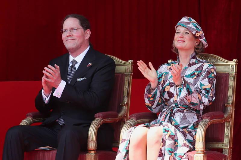 前国王阿尔贝二世的非私生女、德尔菲娜公主(右)自去年底与生父和解以来,首次参加王室阅兵。左为德尔菲娜丈夫。(路透)(photo:LTN)