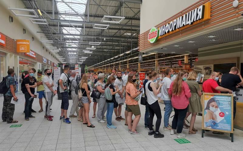 俄羅斯佛拉迪米爾市(Vladimir)民眾15日排隊接種疫苗情形。(路透)