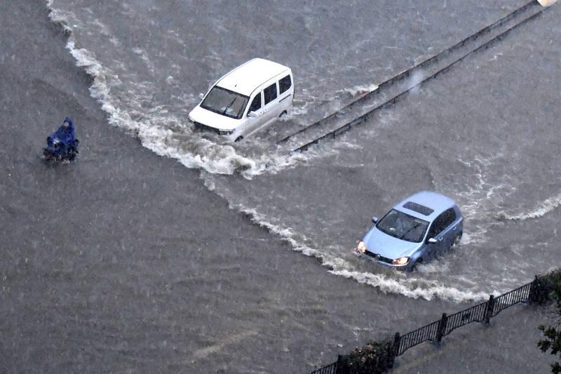 中國河南鄭州下暴雨淹水。(美聯社)
