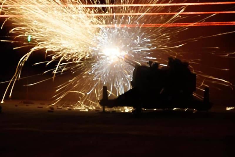 空軍進行35快砲系統進行夜間實彈射擊,射速每分鐘達到1100發,可有效因應敵機及無人機,甚或是巡弋飛彈的威脅。(圖:取自中華民國空軍臉書專頁)
