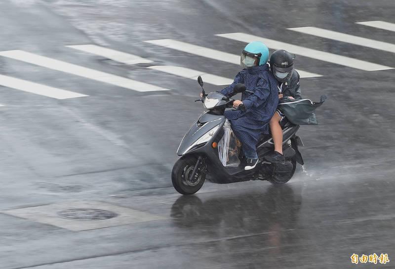 明(22)日受到烟花颱風影響,北部及東北部雨勢會越來越大。(記者劉信德攝)