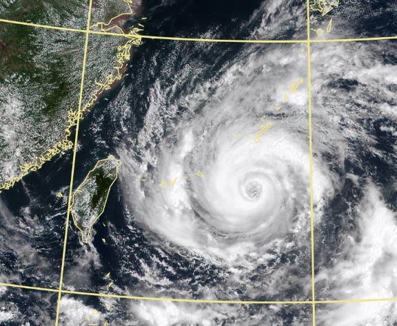 烟花颱風上午8時中心位置在北緯24.1度,東經127.8度,以每小時11公里速度向西進行。(擷取自中央氣象局)