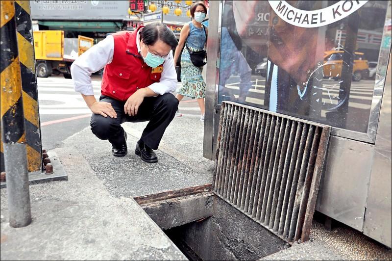 基隆市長林右昌視察廟口小吃周邊排水溝清淤作業 。(基隆市政府提供)