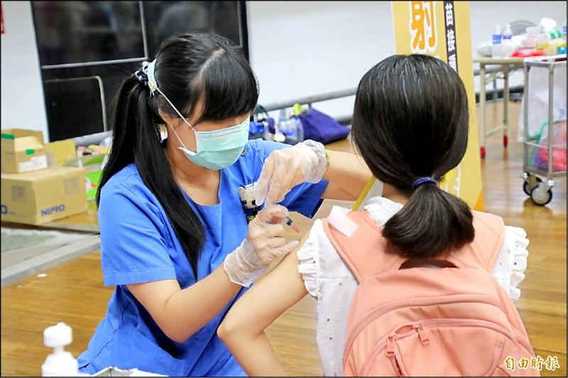 台東教師接受疫苗接種。(記者黃明堂攝)
