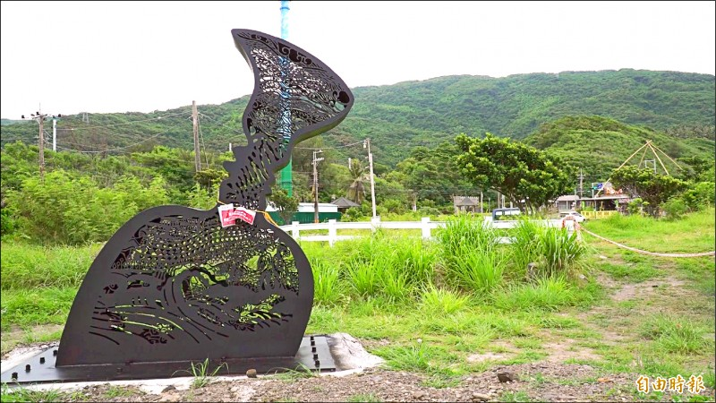 這件座落在大鳥部落海邊的藝術創作發想,讓在地族人看得霧煞煞。(記者陳賢義攝)
