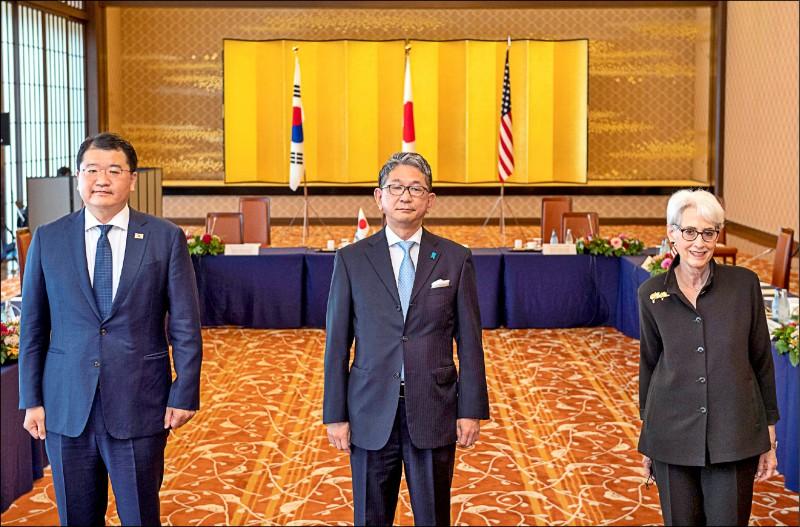 美國副國務卿雪蔓(右起)21日在東京與日本外務省事務次官森健良,及南韓外交部第一次官崔鐘建舉行三國外交次長級會議。(路透)
