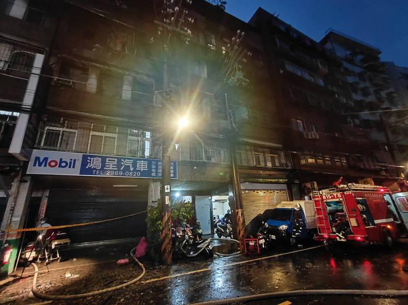 今天凌晨近3點,板橋南雅西路二段5樓公寓3樓冒出濃烈火煙,消防緊急疏散建物內24名住戶。(記者闕敬倫翻攝)