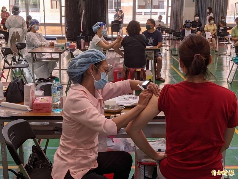 中市快打站支援唐鳳版中央疫苗預約平台施打,接種踴越,報到率近100%。(記者蔡淑媛攝)