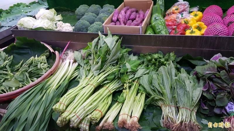 隨著烟花颱風路徑北移,今天大台北蔬菜批發價格已有逐步回穩的趨勢。(資料照)