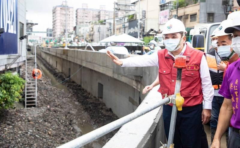 侯友宜到土城亞洲路拓寬工程現場視察防汛的狀況。(新北市新聞局提供)