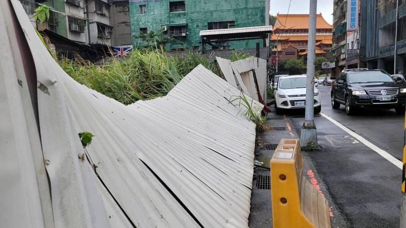 烟花颱風逼近台灣,基隆市今天出現一陣一陣強風,市區鐵圍籬被吹倒。(圖為基隆市政府提供)