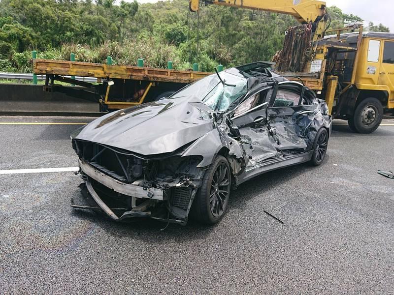 國道3號南下141公里、苗栗通霄路段,今天上午11點多,發生BMW轎車與貨車碰撞事故,造成BMW車上2人受傷送醫。(圖由民眾提供)