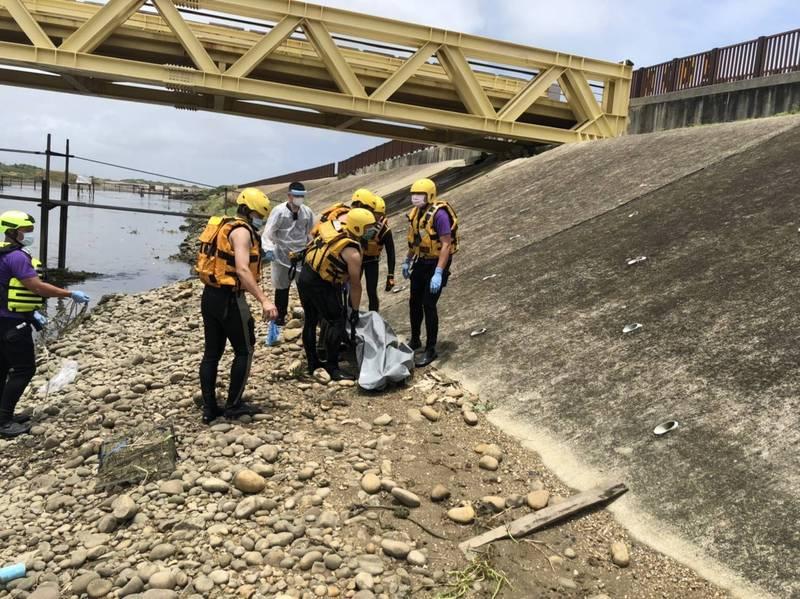 桃園大園新街溪出海口發現浮屍,消防人員設攔截點打撈。(記者鄭淑婷翻攝)