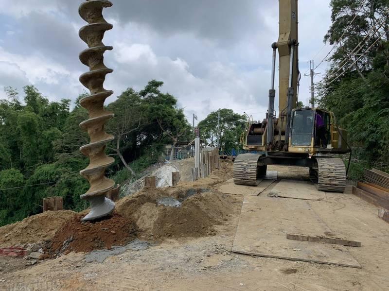 花壇鄉三芬路近半路面崩塌,目前加緊趕工修復中。 (縣府提供)
