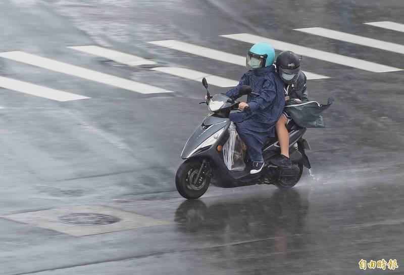 烟花颱風逼近,北部及東北部雨勢會越來越大。(資料照)