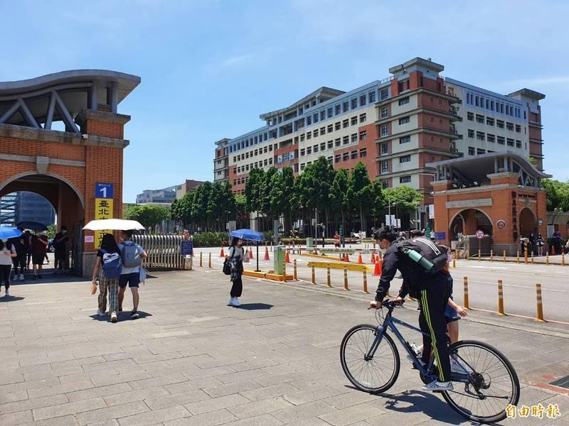 台北大學公告,新舊生的開學日同步調整到9月22日。(記者邱書昱攝)