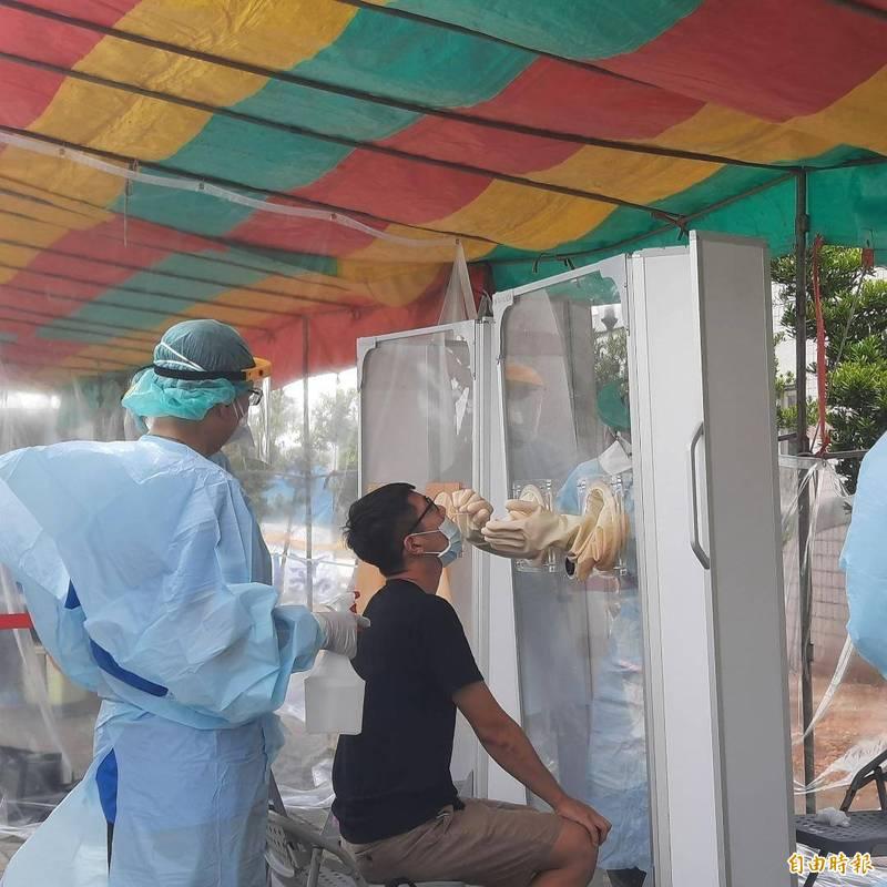 澎湖機場六一起強制快篩,為空中交通運輸防疫把關。(記者劉禹慶攝)